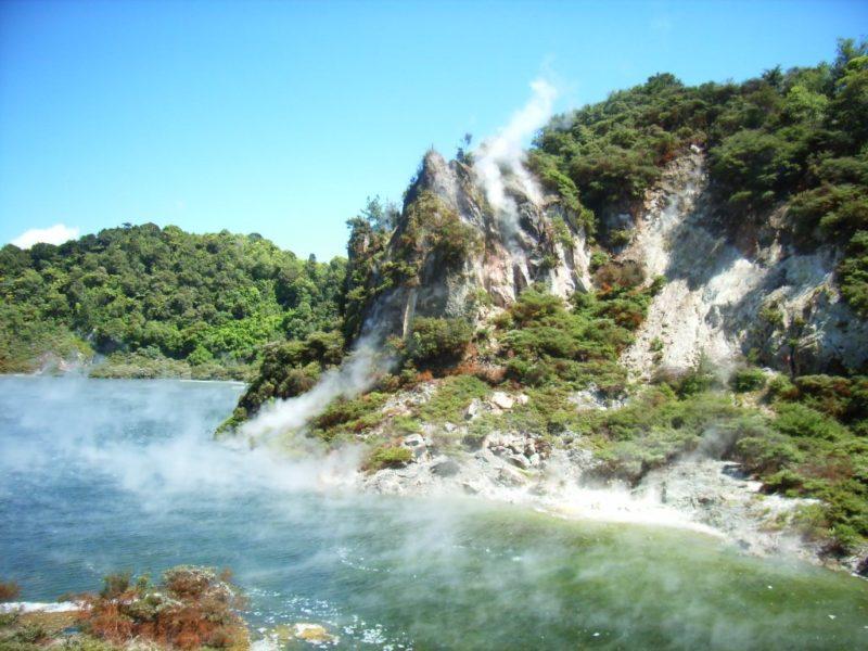 Lugares para conhecer na Nova Zelândia: lago termal em Waimangu Volcanic Valley.