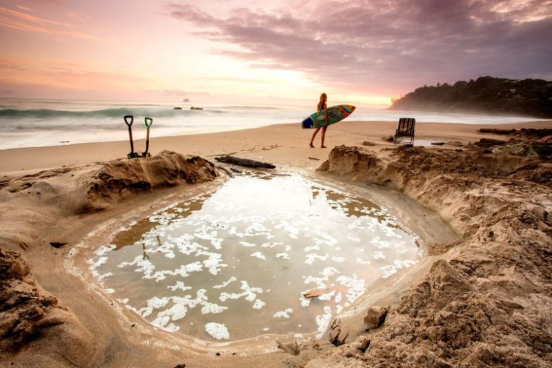 Lugares para visitar na Nova Zelândia: os buracos que são feitos na Hot Water Beach.
