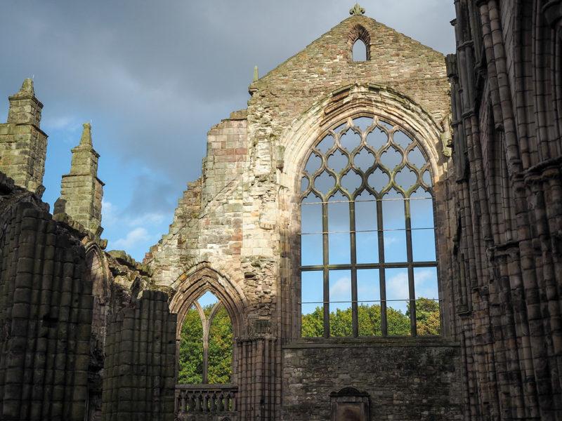 Séries que se passam na Inglaterra: Abadia de Holyrood.