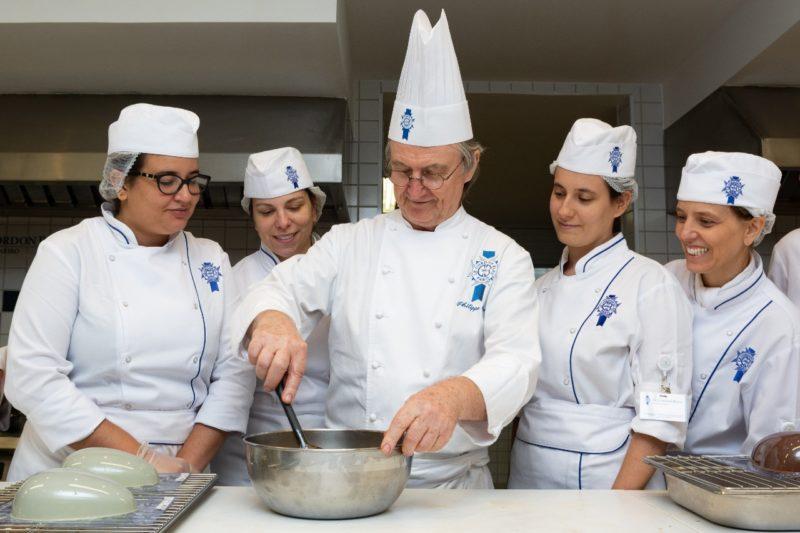 Ao centro, o head chef do Cordon Bleu no Brasil, Philippe Brye