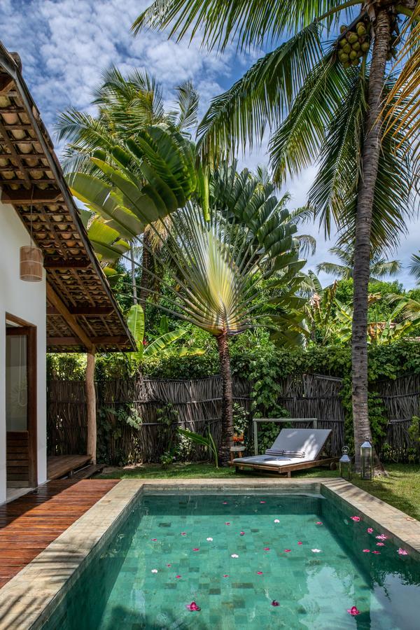 A casa tem jardim, piscina, ofurô. Tudo privativo