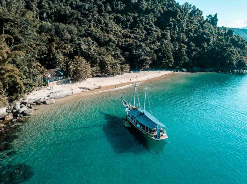 Reabertura do turismo no Rio: passeios de barco em Paraty com 50% da capacidade.