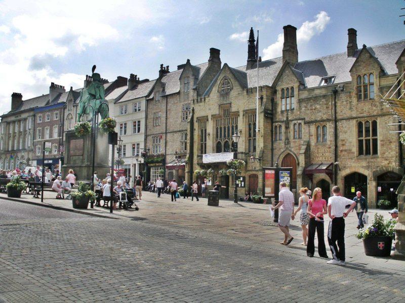 Dicas Inglaterra: o movimentado Market Place, em Durham.