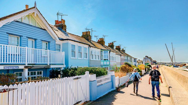 Cidades charmosas na Inglaterra para morrer de amores: casas coloridas na baía de Whitstable.