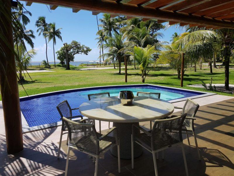 Casas lindas para alugar no Brasil: vista da praia e dos jardins.