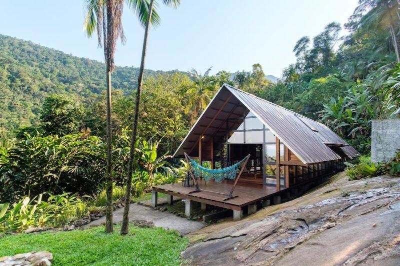 Casa românticas para alugar: os arredores da Design Cabin, em Paraty.