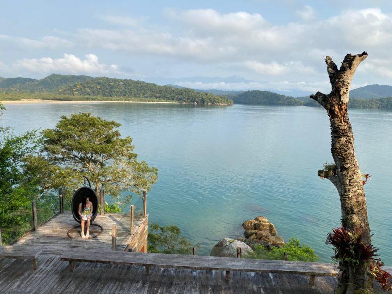 Dicas de Paraty e Paraty Mirim: um dos vários deques da Casa de Vidro. Esse, tinha vista para a praia