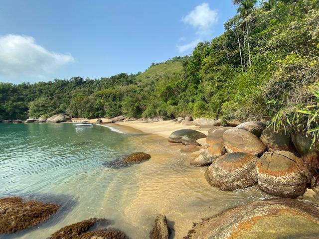 Passeio pelas ilhas praias de Mamanguá e Paraty: o Saco da Velha, com sua natureza impressionante. Foi nossa primeira parada do passeio para o Saco do Mamanguá