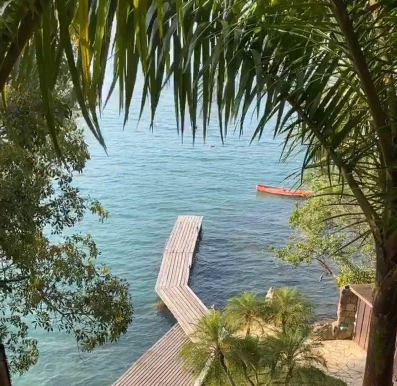 O píer da casa, dando acesso ao mar de baía, com águas sempre calmas