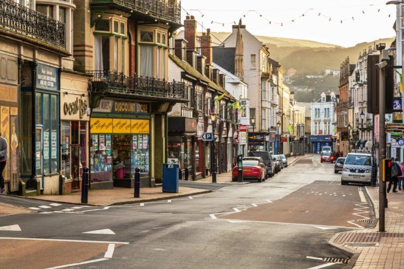O que fazer em Ilfracombe: explorar as ruas do centro e as diversas atividades por elas.