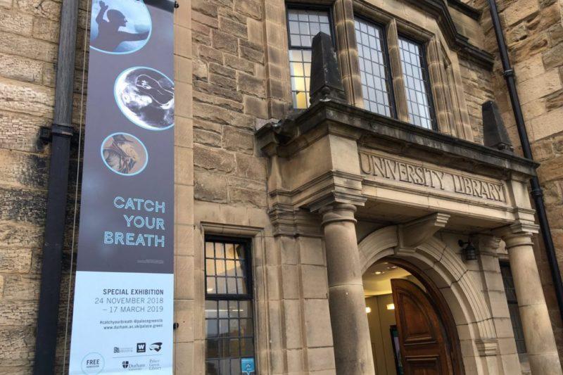 Interior da Inglaterra: entrada do Palace Green Library, em Durham.