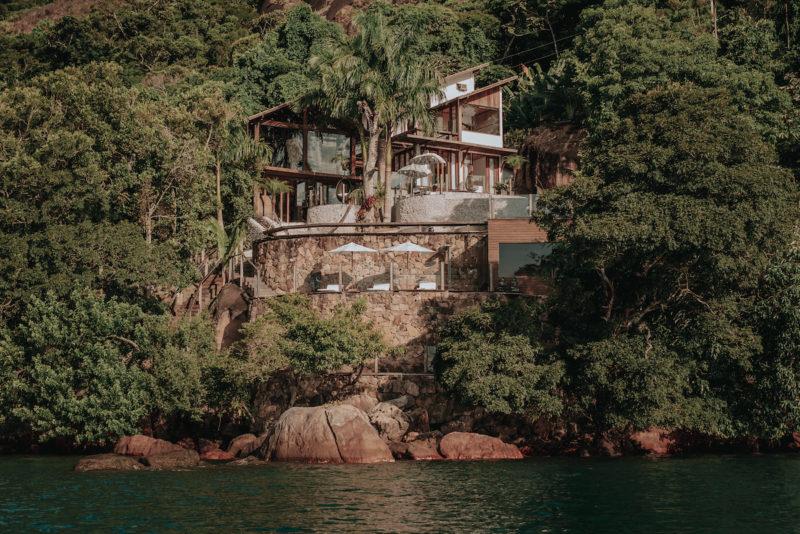 onde ficar em Paraty: a casa de Vidro vista do mar