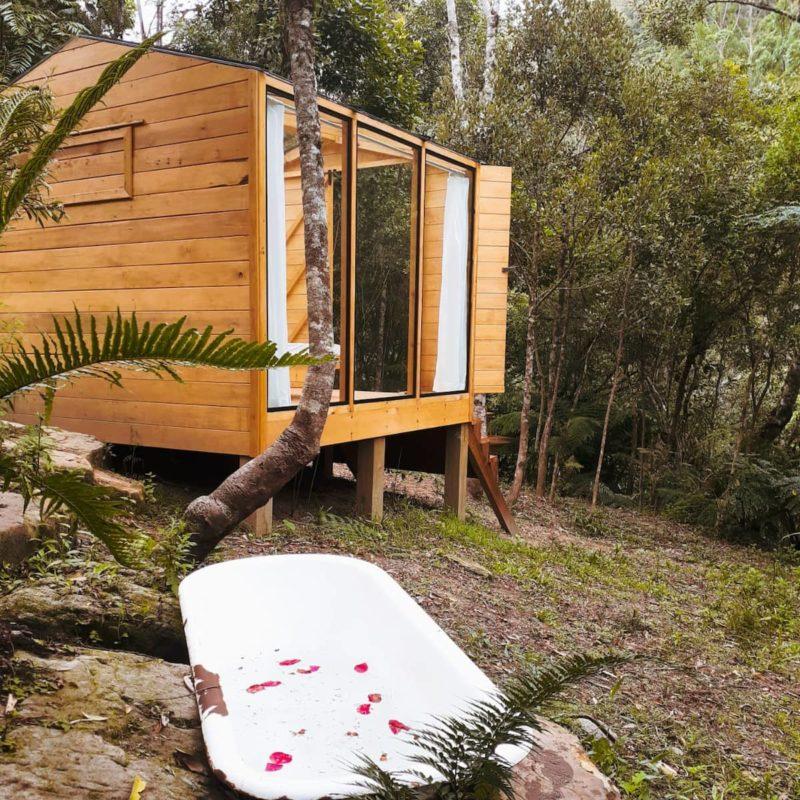 15 dicas de casas lindas para alugar no Brasil: banheira externa com vista para a Cabana de Vidro.