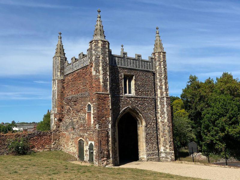 Cidades lindas e pequenas na Inglaterra: o portão da antiga St John's Abbey.