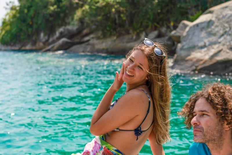 A felicidade dos dias de sol no mar de Paraty Mirim