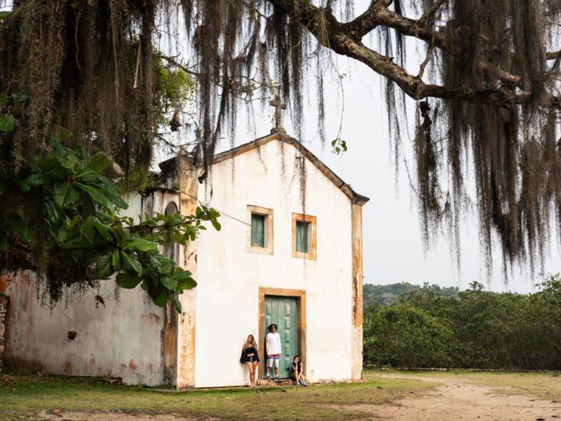 Lugares isolados e lindos para viajar: a igreja construída em 1700, ainda de pé na pacata Paraty-Mirim