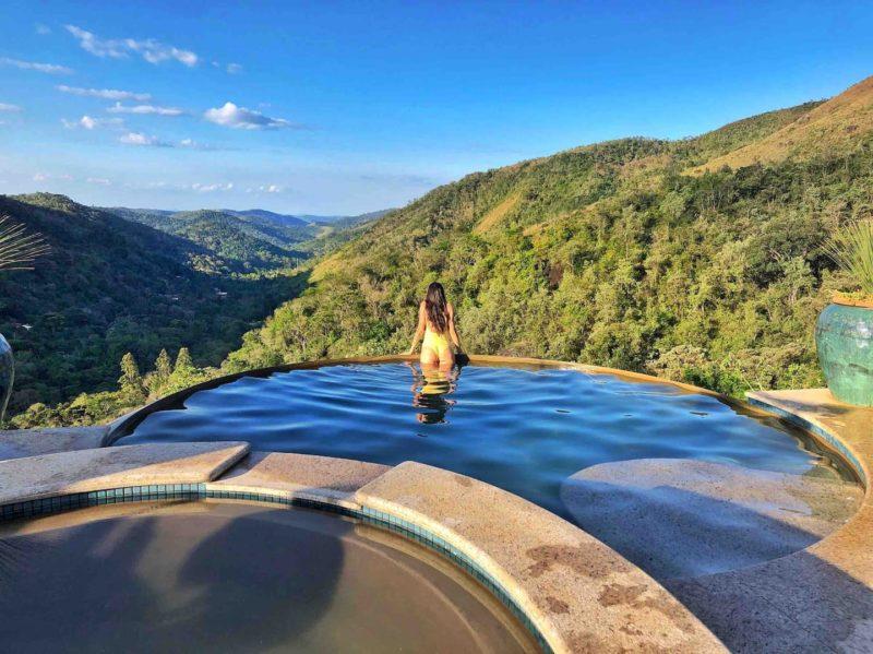 Airbnb Araras RJ: a vista da piscina, com as montanhas a perder de vista