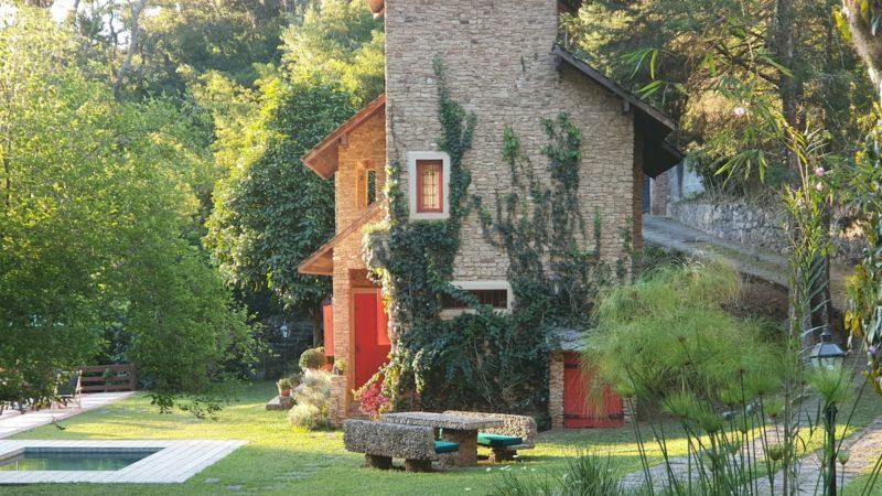 airbnb itaipava e arredores: essa casa, que fica em Correas, me lembra muito as casas da Toscana