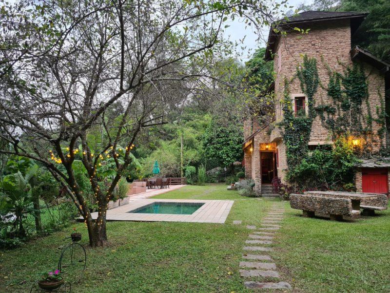 Melhores Airbnb perto do Rio de Janeiro: o charmoso Chalé de Correas, perto de Itaipava.