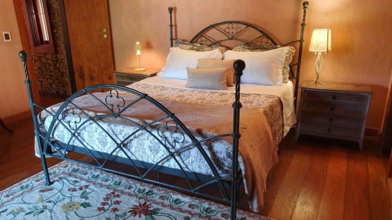 Onde ficar em Itaipava: um dos quartos do Chalé de Correas.