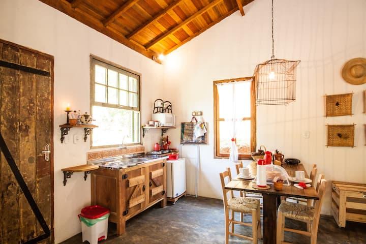 Cozinha com madeira e palha para dar aconchego