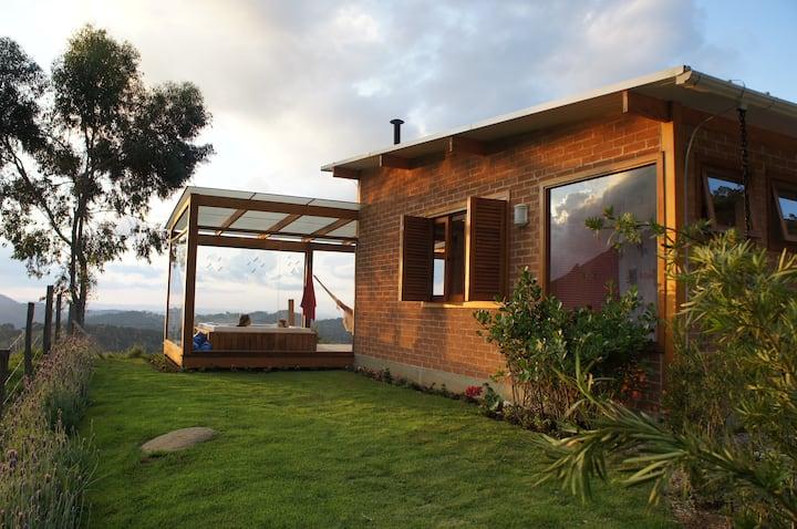 Airbnb SP e MG: Tem jacuzzi e uma ampla varanda de vidro.