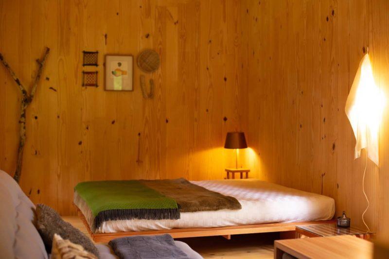 Airbnb em Gonçalves: o interior é de madeira, para criar aconchego.