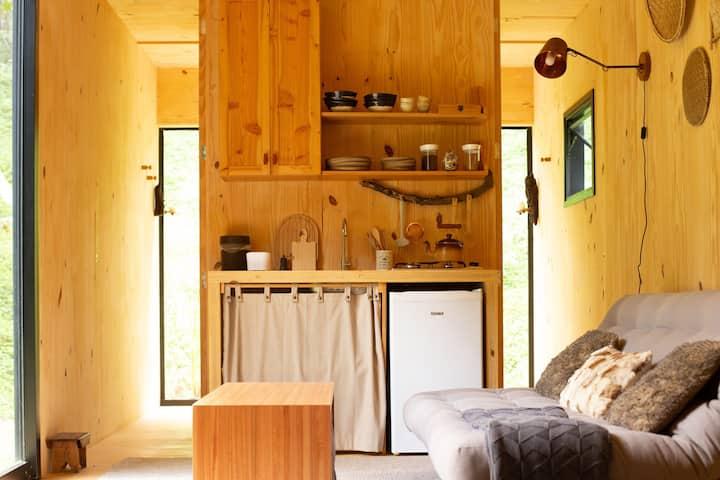 Estrutura interna do contêiner, com cozinha e banheiro.