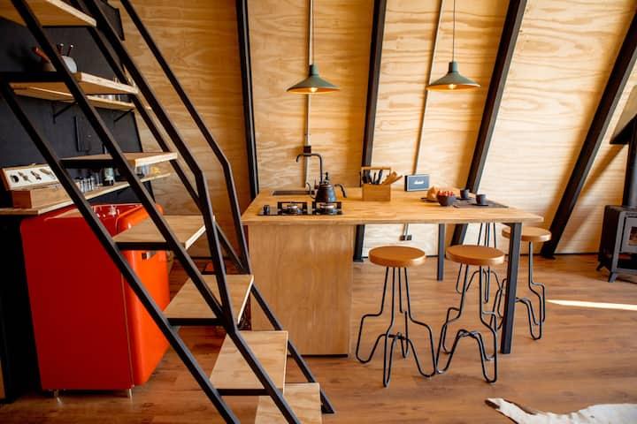 O interior da cabana, super bem transado