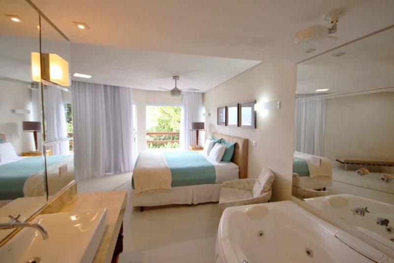 Os quartos dessa casa na Praia do Frade, em Ubatuba, são grandes e muito confortáveis.