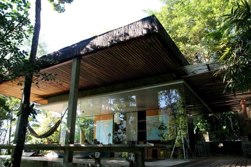 A casa ainda tem uma ampla varanda para relaxar e curtir a tranquilidade de Ubatuba.