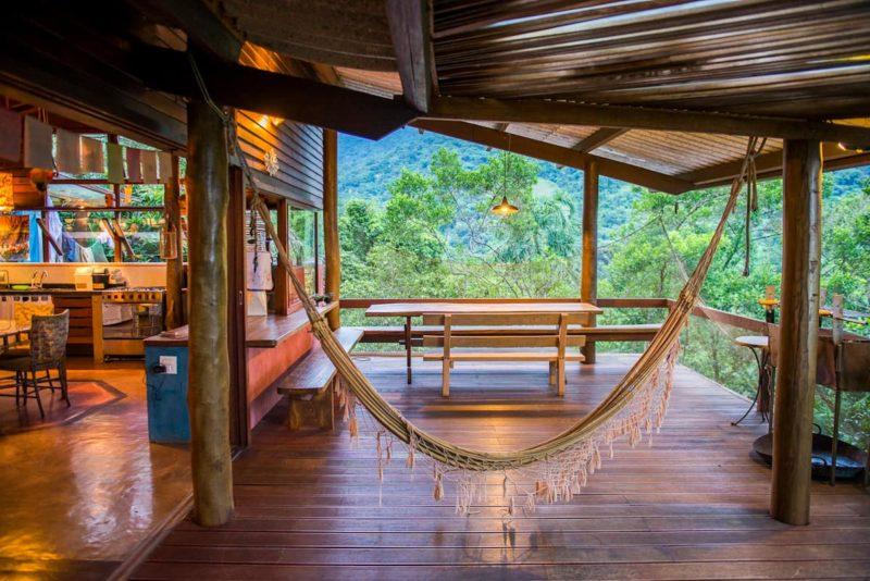 Melhores Airbnb de Ubatuba: casa com deck e rede para relaxar na praia do Félix.