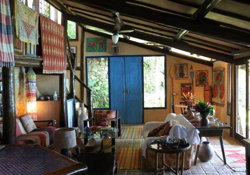 Melhores Airbnb de Ubatuba: a decoração da casa é rústica e charmosa.