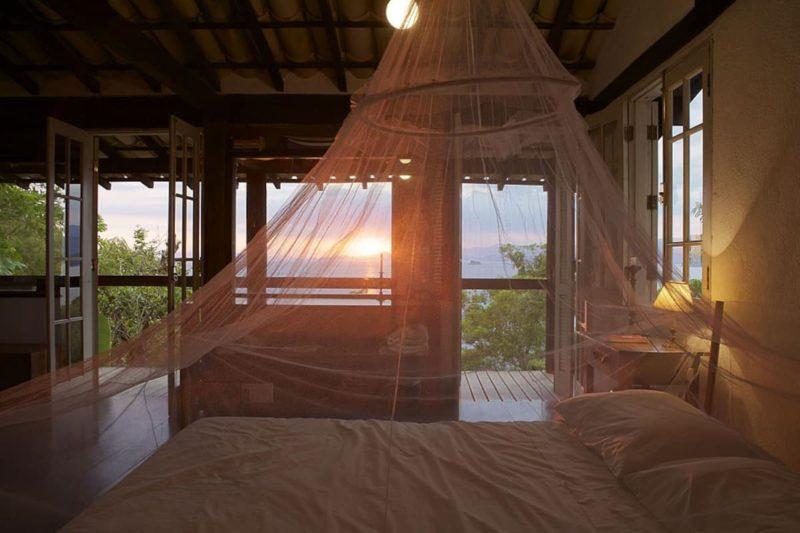 A casa na praia de Picinguaba, em Ubatuba, tem uma ampla varanda no quarto.