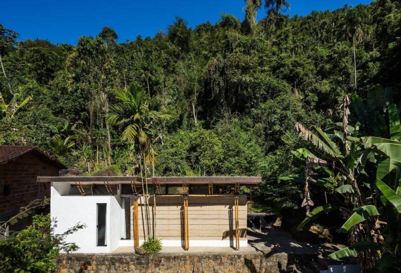 Onde ficar em Ubatuba: casa de bambu na praia linda de Picinguaba.