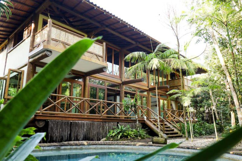 Melhores airbnb Ubatuba: casa exuberante na praia de Itamambuca.