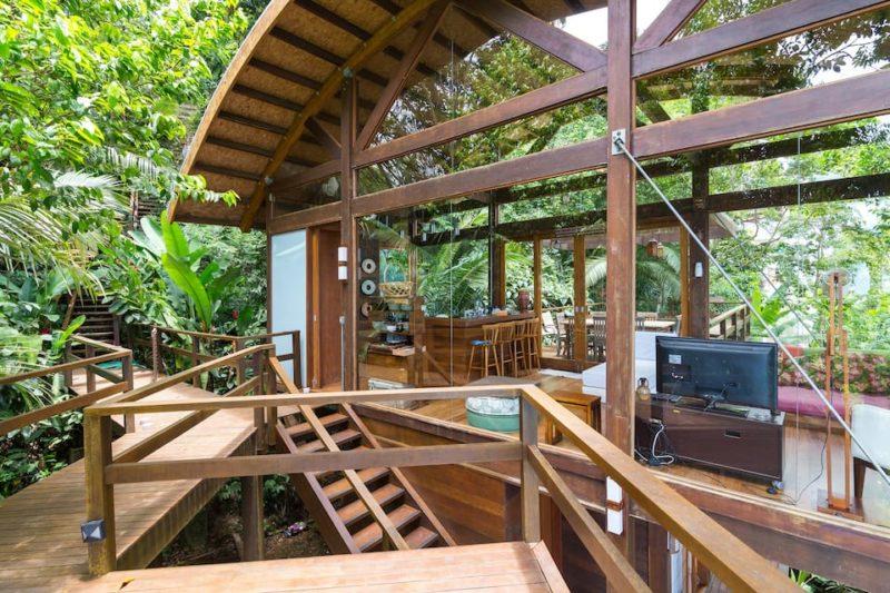 Melhores Airbnb em Ubatuba: mais uma casa de madeira na Praia do Félix, Ubatuba.