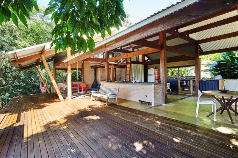 Airbnb Ubatuba: conceito aberto e casa deliciosa na Praia do Félix.