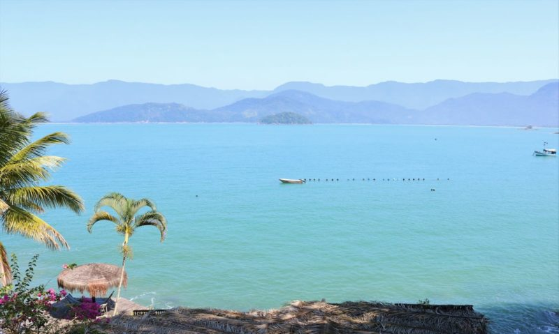 A praia linda que fica na frente da casa na Praia da Almada, em Ubatuba.