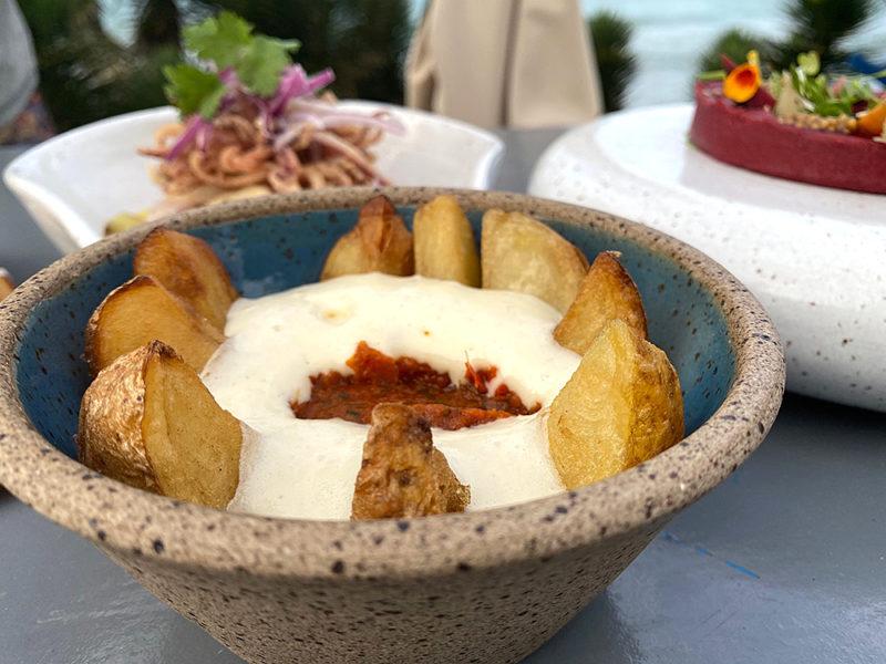 onde comer em buzios: as batatas bravas são um clássico do Rocka