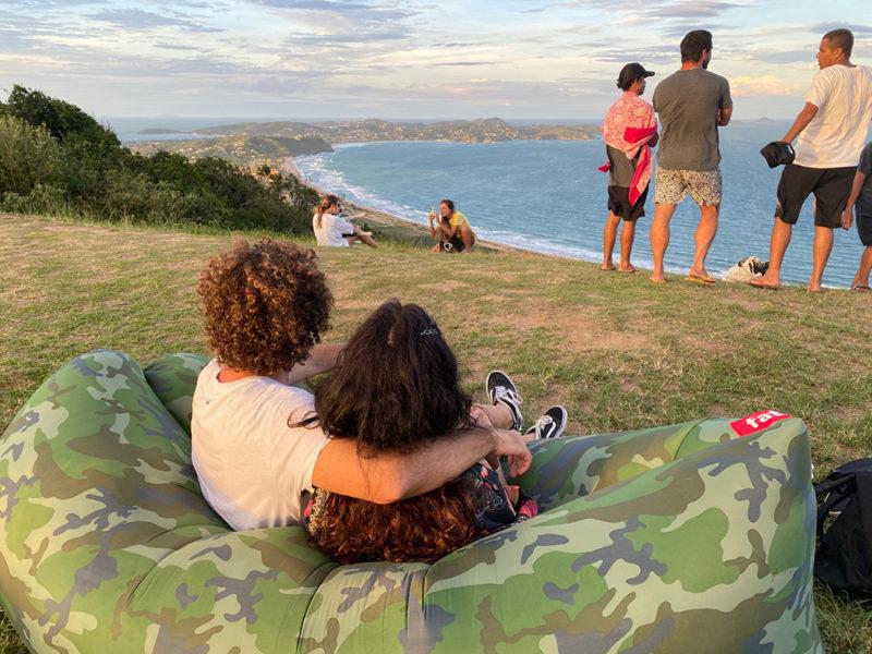 Experiência completa: trilha e sofá inflável para contemplar o fim de tarde!