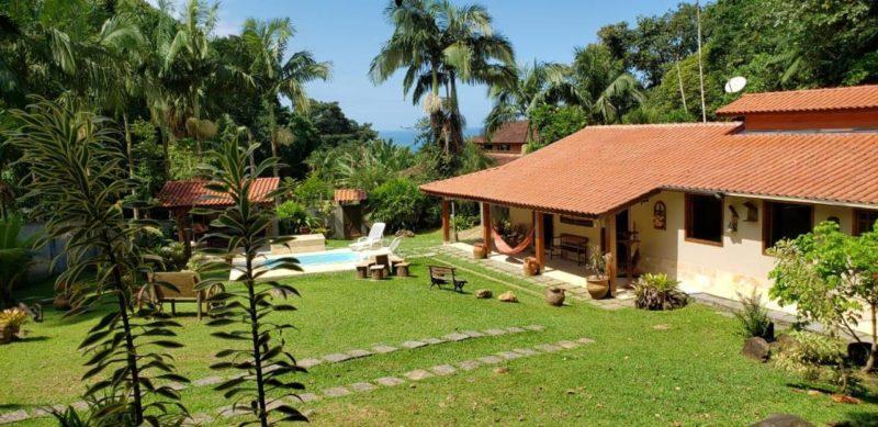 Onde ficar em Ubatuba: casa linda na praia do Félix.
