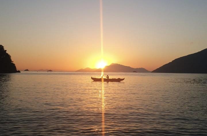 Nascer do sol em Ilha Grande com Índio.