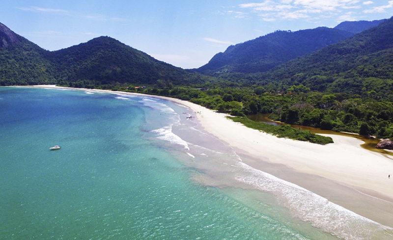 A extensa praia de Dois Rios, em Ilha Grande (FONTE: Curta RJ).